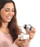 Muchacha adolescente que sonríe abriendo un rectángulo de regalo Foto de archivo
