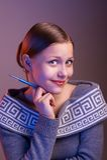 Muchacha adolescente que sonríe con la pluma en su mano, retrato Imágenes de archivo libres de regalías