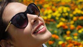 Muchacha adolescente que sonríe con las gafas de sol Fotos de archivo