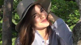 Muchacha adolescente que sonríe en el parque Fotografía de archivo libre de regalías