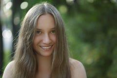 Muchacha adolescente que sonríe en paseo al aire libre Foto de archivo libre de regalías