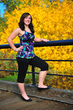 Muchacha adolescente que sonríe en un puente fotos de archivo