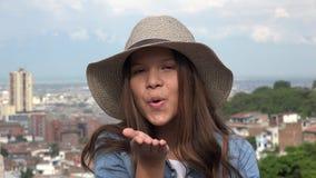 Muchacha adolescente que sopla un beso Imagen de archivo libre de regalías