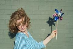 Muchacha adolescente que sostiene el molinillo de viento Imagen de archivo