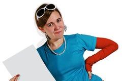 Muchacha adolescente que sostiene el papel en blanco Imagen de archivo libre de regalías