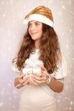 Muchacha adolescente que sostiene el regalo de la Navidad Fotografía de archivo libre de regalías