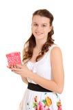 Muchacha adolescente que sostiene el regalo de las tarjetas del día de San Valentín Foto de archivo libre de regalías