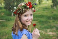 Muchacha adolescente que sostiene la amapola Fotografía de archivo