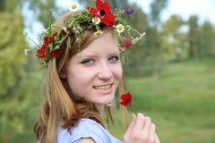 Muchacha adolescente que sostiene la amapola Imagen de archivo libre de regalías