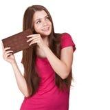 Muchacha adolescente que sostiene la barra de chocolate grande Foto de archivo libre de regalías
