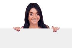 Muchacha adolescente que sostiene la cartelera en blanco Fotos de archivo
