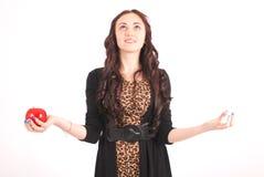 Muchacha adolescente que sostiene la manzana Imagen de archivo