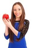 Muchacha adolescente que sostiene la manzana roja Imagen de archivo