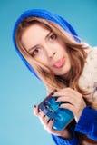 Muchacha adolescente que sostiene la taza azul con la bebida caliente Imagen de archivo libre de regalías