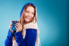Muchacha adolescente que sostiene la taza azul con la bebida caliente Fotografía de archivo libre de regalías