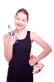 Muchacha adolescente que sostiene la toalla y la botella de agua Imagen de archivo