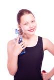 Muchacha adolescente que sostiene la toalla y la botella de agua Foto de archivo libre de regalías