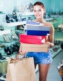 Muchacha adolescente que sostiene las cajas en boutique de los zapatos Imágenes de archivo libres de regalías