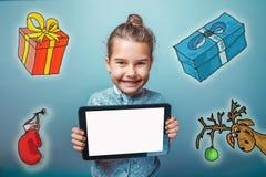 Muchacha adolescente que sostiene los regalos de un Año Nuevo de la tableta alrededor Fotos de archivo