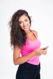 Muchacha adolescente que sostiene smartphone Imágenes de archivo libres de regalías