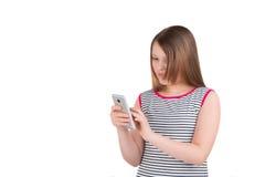 Muchacha adolescente que sostiene un smartphone Imagen de archivo