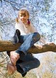 Muchacha adolescente que sube en el árbol Fotos de archivo