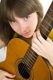 Muchacha adolescente que toca la guitarra Fotografía de archivo