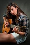 Muchacha adolescente que toca la guitarra Fotos de archivo libres de regalías