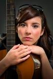 Muchacha adolescente que toca la guitarra Foto de archivo libre de regalías