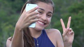 Muchacha adolescente que toma Selfie con la célula Foto de archivo libre de regalías