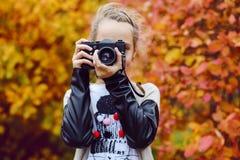 Muchacha adolescente que toma un lanzamiento Fotografía de archivo