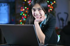 Muchacha adolescente que trabaja en la computadora portátil 3 Fotografía de archivo libre de regalías