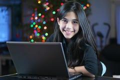 Muchacha adolescente que trabaja en la computadora portátil 5 Imagen de archivo libre de regalías