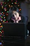 Muchacha adolescente que trabaja en la computadora portátil 7 Fotos de archivo libres de regalías