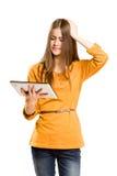 Muchacha adolescente que usa el ordenador de la tablilla. Fotos de archivo