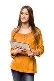 Muchacha adolescente que usa el ordenador de la tablilla. Imagen de archivo libre de regalías