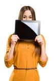 Muchacha adolescente que usa el ordenador de la tablilla. Imágenes de archivo libres de regalías