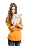 Muchacha adolescente que usa el ordenador de la tablilla. Imagenes de archivo