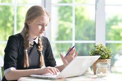 Muchacha adolescente que usa el ordenador portátil moderno Foto de archivo libre de regalías