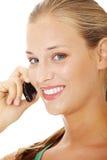 Muchacha adolescente que usa el teléfono celular. Imagen de archivo libre de regalías