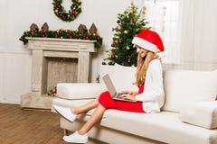 Muchacha adolescente que usa la computadora portátil Imágenes de archivo libres de regalías