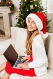 Muchacha adolescente que usa la computadora portátil Fotos de archivo libres de regalías
