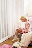 Muchacha adolescente que usa la tableta Foto de archivo libre de regalías