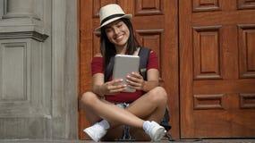 Muchacha adolescente que usa la tableta Fotografía de archivo libre de regalías