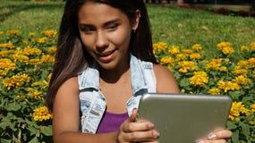 Muchacha adolescente que usa la tableta Fotografía de archivo