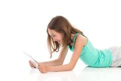 Muchacha adolescente que usa la tableta digital Imagen de archivo libre de regalías