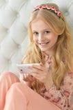 muchacha adolescente que usa smartphone Fotos de archivo