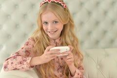 muchacha adolescente que usa smartphone Imagenes de archivo