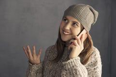 Muchacha adolescente que usa un smartphone Fotografía de archivo
