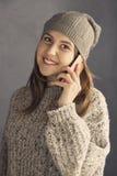 Muchacha adolescente que usa un smartphone Fotos de archivo